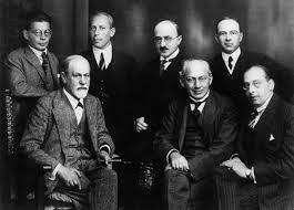Çarşamba Cemiyeti üyeleri (ayaktakiler) Otto Rank, Karl Abraham, Max Eitingon  ve Ernest Jones; (oturanlar) Sigmund Freud, Sandor Ferenczi ve Hanns Sachs.